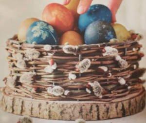 doma vyrobený košík plný malovaných vajíček přirodními barvami
